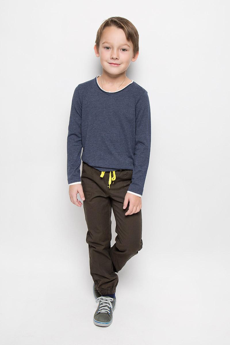 361014Брюки для мальчика PlayToday изготовлены из натурального хлопка. Модель имеет пояс на резинке, который дополнительно регулируется яркой тесьмой. Спереди и сзади расположены накладные карманы. Низ брючин собран на резинки.