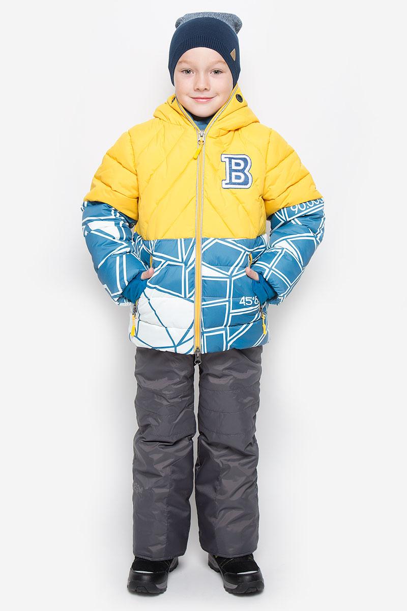 64359_BOB_вар.1Теплый комплект для мальчика Boom!, идеально подойдет вашему ребенку в холодное время года. Комплект состоит из куртки и полукомбинезона, изготовленных из водоотталкивающей ткани с утеплителем из синтепона. Куртка на флисовой подкладке в верхней части модели застегивается на пластиковую застежку-молнию и дополнительно имеет внутренний ветрозащитный клапан. Курточка с капюшоном, который застегивается на застежку молнию, имеет отверстия для носа и пластиковые окошки для глаз. Воротник застегивается на липучки. Рукава дополнены эластичными манжетами, которые мягко обхватывают запястья, не позволяя просачиваться холодному воздуху. Спереди имеются два втачных кармашка на молнии. Внизу изделие дополнено ветрозащитной вставкой от ветра и снега, застегивается на кнопку. Оформлена куртка ярким интересным принтом. Полукомбинезон с небольшой грудкой застегивается на пластиковую застежку-молнию и имеет наплечные эластичные лямки, регулируемые по длине. Лямки...
