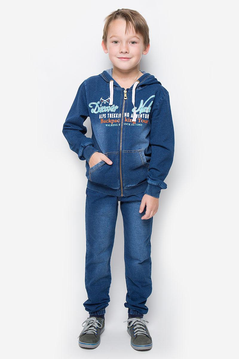 206325Спортивный костюм для мальчика Sweet Berry выполнен из эластичного хлопка, стилизованного под деним, и включает в себя легкую толстовку и свободные брюки. Толстовка с длинными рукавами и капюшоном застегивается на застежку-молнию спереди. Рукава и низ дополнены трикотажными манжетами. Модель дополнена двумя накладными карманами спереди. Объем капюшона регулируется при помощи шнурка-кулиски. Толстовка оформлена принтом в виде надписей на английском языке. Брюки прямого кроя и средней посадки изготовлены имеют широкую эластичную резинку на поясе, объем талии регулируется при помощи шнурка-кулиски. Изделие дополнено двумя втачными карманами спереди, украшено имитацией ширинки.
