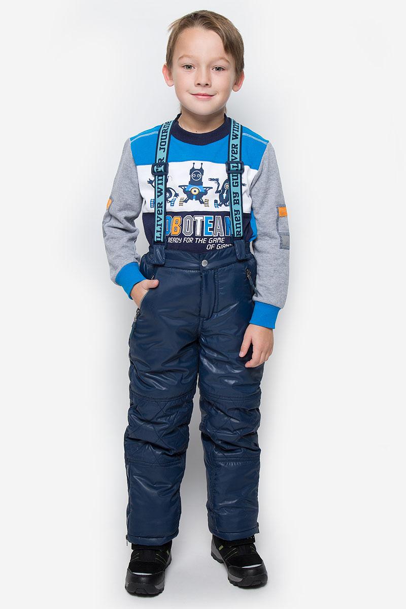 21608BKC6403Утепленные брюки для мальчика Gulliver идеально подойдут ребенку в холодное время года. Брюки выполнены из полиэстера. В качестве утеплителя используется 100% полиэстер. Брюки прямого кроя застегиваются спереди на крючок в поясе и ширинку на застежке-молнии. Брюки оснащены широкими эластичными бретелями на липучках, которые можно отстегнуть при желании. Бретели регулируются по длине. Спереди расположены два прорезных кармашка на застежках-молниях, сзади - два прорезных открытых кармана. Снизу брючин предусмотрены внутренние манжеты с прорезиненными полосками, препятствующие попаданию снега и холодного воздуха. Низ брючин дополнен застежками-молниями.