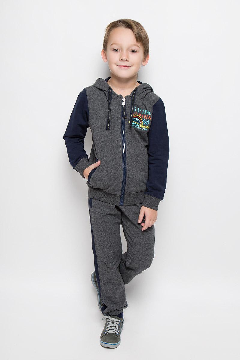 Спортивный костюм206331Спортивный костюм для мальчика Sweet Berry состоит из толстовки и брюк. Костюм изготовлен из эластичного хлопка. Изнаночная сторона изделия с небольшими петельками. Толстовка с капюшоном и длинными рукавами застегивается на пластиковую молнию. Капюшон дополнен подкладкой и затягивающимся шнурком по краю. Манжеты и низ модели выполнены из трикотажной резинки. Спереди расположены два втачных кармана. На груди модель украшена надписями с нашивками. Спортивные брюки имеют широкий эластичный пояс с затягивающимся шнурком. Изделие дополнено двумя втачными карманами. Брючины собраны на эластичные резинки. Модель оформлена по бокам лампасами.