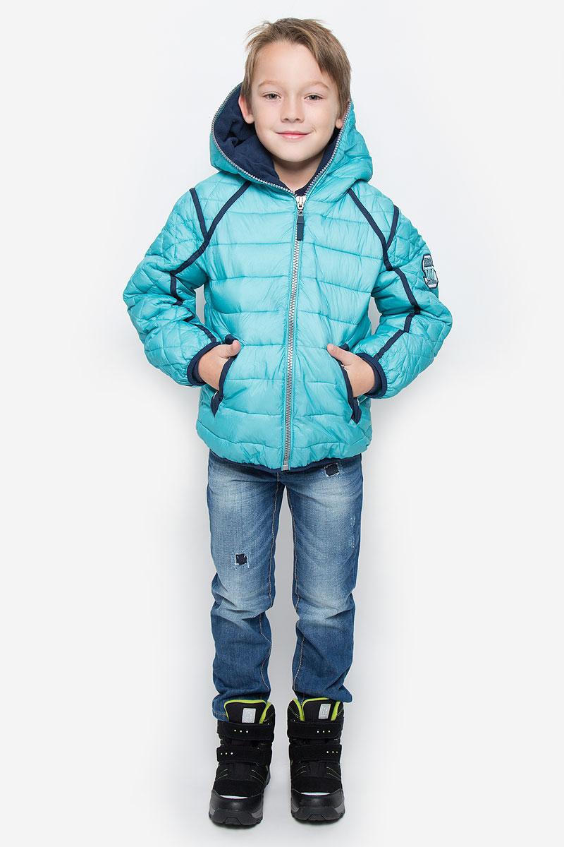 Куртка21608BKC4103Куртка для мальчика Gulliver c длинными рукавами и несъемным капюшоном выполнена из прочного нейлона. Подкладка - мягкий флис. Наполнитель - синтепон. Модель застегивается на застежку-молнию спереди. Изделие имеет два втачных кармана на кнопках спереди. Рукава, стилизованные под реглан, оснащены узкими эластичными резинками на манжетах. Куртка оформлена стеганым узором. Капюшон застегивается по всей длине.