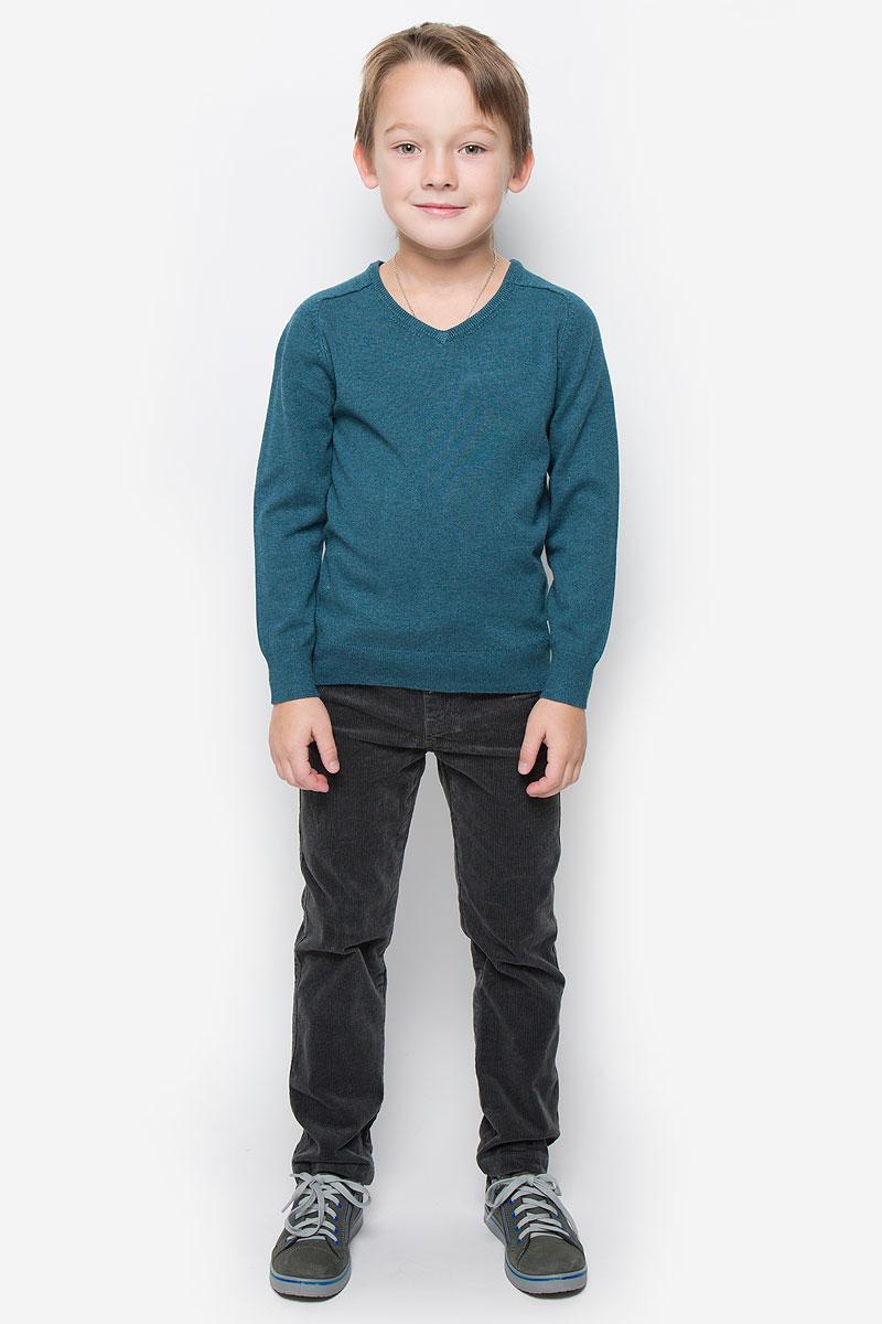 216BBBC34010400Модный пуловер Button Blue, изготовленный из вискозы и нейлона, станет отличным дополнением к гардеробу вашего мальчика. Материал изделия приятный на ощупь, не сковывает движений и позволяет коже дышать, не раздражает даже самую нежную и чувствительную кожу ребенка, обеспечивая наибольший комфорт. Модель с V-образным вырезом горловины и длинными рукавами выполнена в лаконичном стиле. Горловина, манжеты рукавов и низ джемпера связаны резинкой.