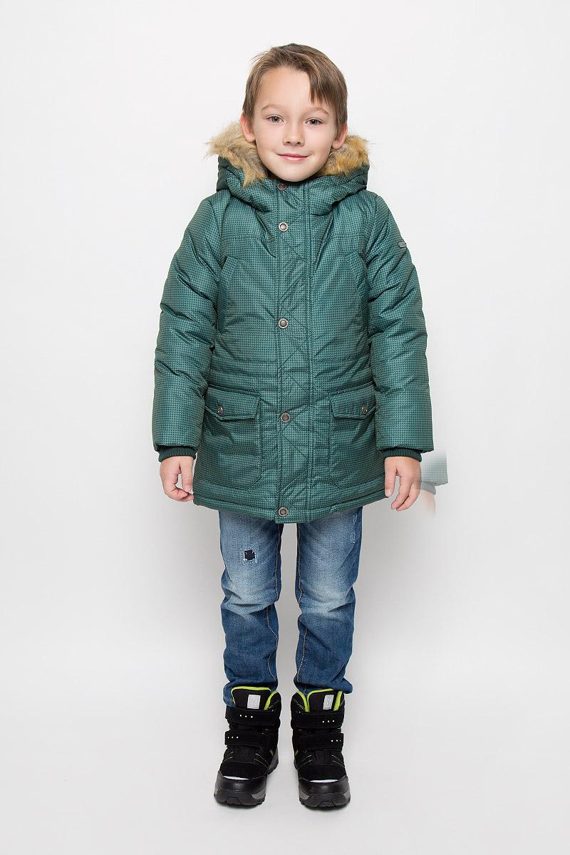 Куртка216BBBC45010506Удлиненная куртка для мальчика Button Blue c длинными рукавами и несъемным капюшоном выполнена из прочного полиэстера. Подкладка дополнена вставкой из мягкого флиса. Наполнитель - синтепон. Объем капюшона регулируется при помощи шнурка-кулиски. Модель застегивается на застежку-молнию спереди, имеет ветрозащитный клапан на кнопках. Низ и линия талии куртки дополнены шнурками-кулисками со стопперами. Изделие имеет два открытых втачных кармана на груди и два накладных кармана с клапанами на кнопках спереди. Рукава куртки дополнены внутренними трикотажными манжетами. Куртка оформлена принтом в мелкую клетку. Капюшон украшен искусственным мехом из полиэстера.