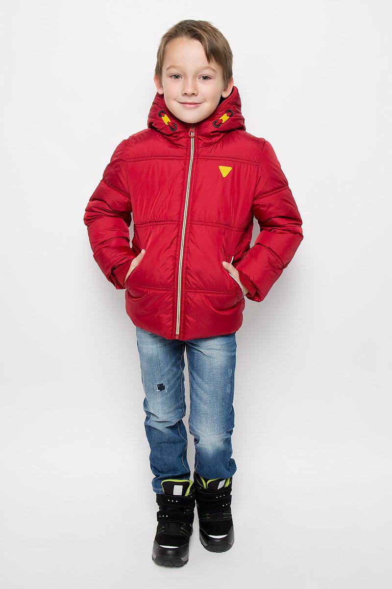 Куртка3532761.00.82_4245Модная куртка Tom Tailor согреет вашего мальчика в холодное время года. Куртка изготовлена из водонепроницаемой ткани - 100% полиэстера. В качестве утеплителя используется 100% полиэстер. Куртка с несъемным капюшоном застегивается на застежку-молнию с защитой подбородка. Изделие дополнено спереди двумя прорезными карманами, с внутренней стороны - накладным карманом на липучке. Флисовые напульсники защитят от проникновения ветра и снега. Светоотражающие элементы увеличивают безопасность вашего ребенка с темное время суток.