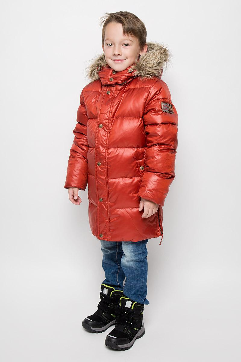 КурткаCd-826/107-6343Модная куртка Sela согреет вашего мальчика в холодное время года. Куртка изготовлена из 100% полиэстера. В качестве утеплителя используется пух с добавлением пера. Куртка с воротником-стойкой и съемным капюшоном застегивается на застежку-молнию и дополнительно на ветрозащитный клапан с кнопками. Капюшон, оформленный съемным искусственным мехом, крепится к куртке с помощью застежки-молнии. Изделие дополнено спереди двумя прорезными карманами на кнопках, с внутренней стороны - прорезным открытым карманом. Манжеты рукавов дополнены трикотажными напульсниками, которые защитят от проникновения ветра и снега. Нижняя часть модели по боковым швам дополнена застежками-молниями.