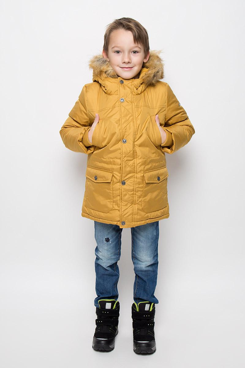 216BBBC45010300Удлиненная куртка для мальчика Button Blue c длинными рукавами и несъемным капюшоном выполнена из прочного полиэстера. Подкладка дополнена вставкой из мягкого флиса. Наполнитель - синтепон. Объем капюшона регулируется при помощи шнурка-кулиски. Модель застегивается на застежку-молнию спереди, имеет ветрозащитный клапан на кнопках. Низ и линия талии куртки дополнены шнурками-кулисками со стопперами. Изделие имеет два открытых втачных кармана на груди и два накладных кармана с клапанами на кнопках спереди. Рукава куртки дополнены внутренними трикотажными манжетами. Капюшон украшен искусственным мехом из полиэстера.