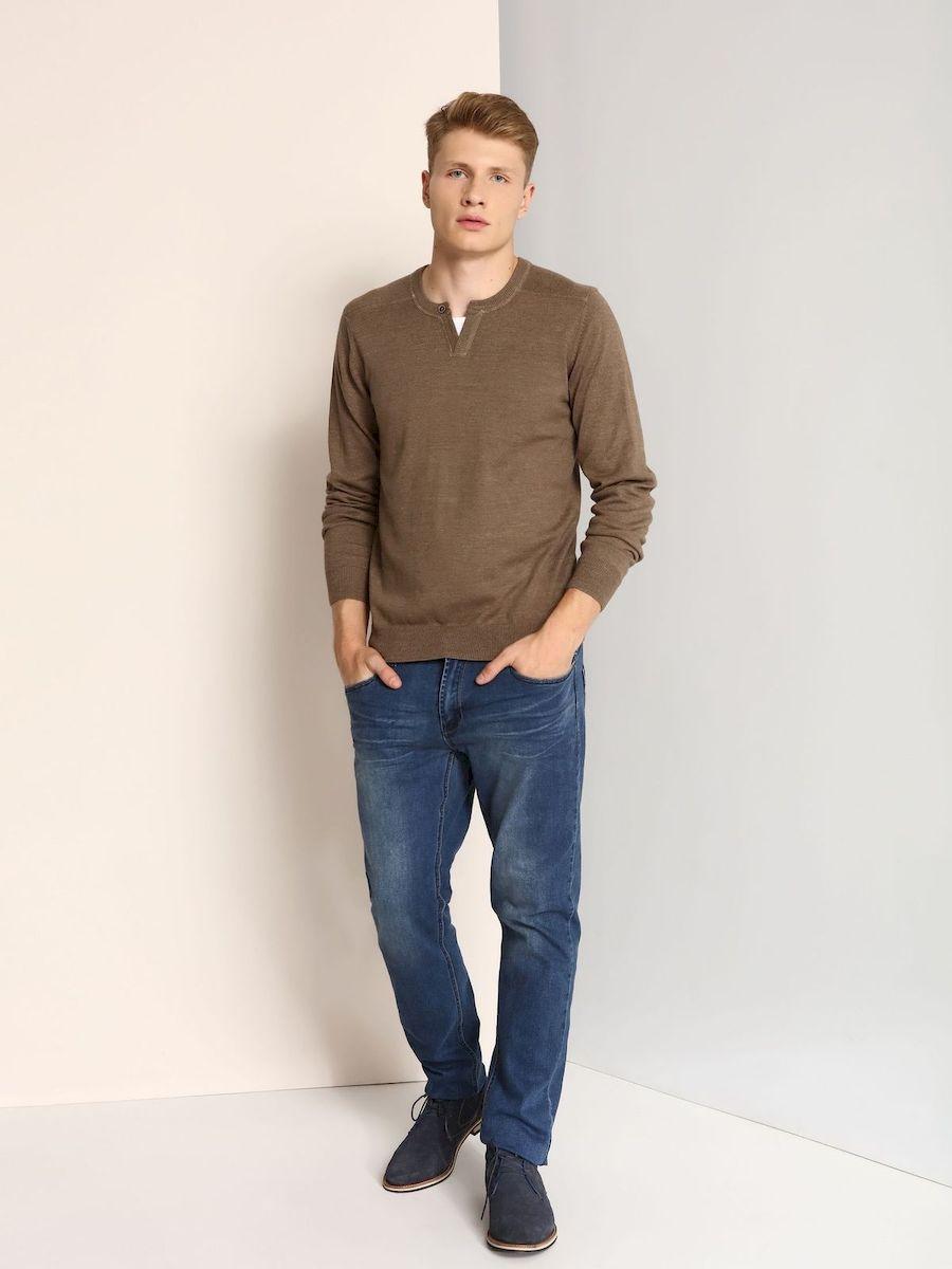 СвитерSSW2036BEМужской свитер Top Secret изготовлен из натурального хлопка. Модель с V- образным воротником. Манжеты рукавов, низ и воротник свитера связаны резинкой.