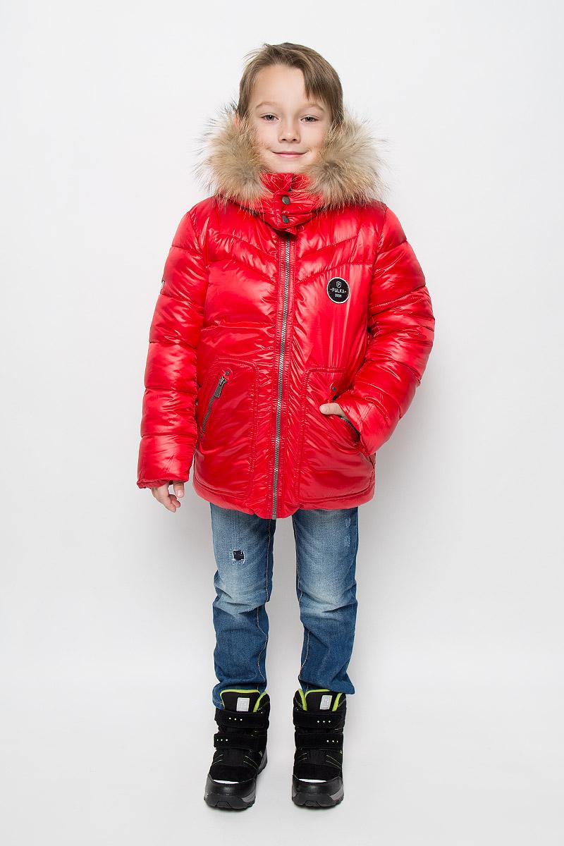 PUFWB-616-10122-321Куртка для мальчика Pulka c длинными рукавами, воротником-стойкой и съемным капюшоном на кнопках выполнена из прочного полиэстера с добавлением нейлона. Подкладка - эластичный хлопок. Наполнитель - синтепон. Модель застегивается на застежку-молнию спереди. Низ куртки дополнен шнурком-кулиской со стопперами. Изделие имеет два втачных кармана на застежках-молниях спереди. Рукава оснащены внутренними эластичными манжетами. Куртка оформлена стеганым узором. Капюшон украшен съемным мехом енота на застежке-молнии. Куртка дополнена светоотражающим лейблом на спинке.