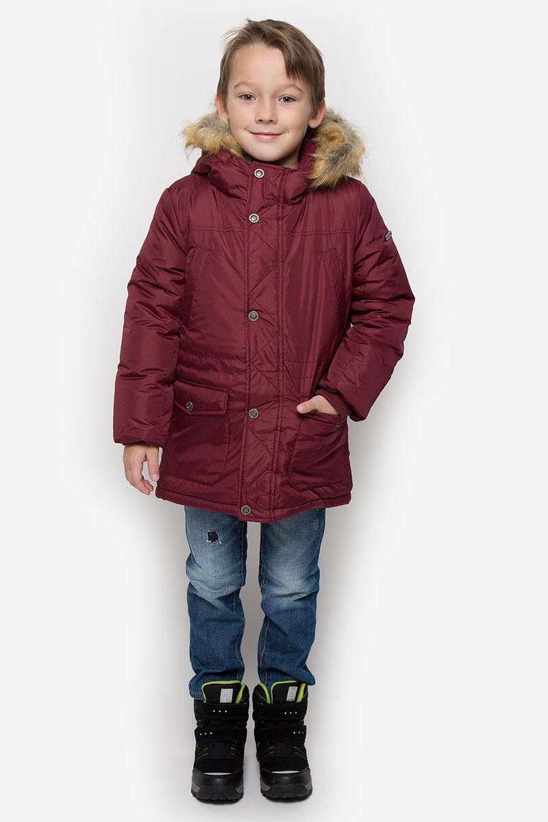 Куртка216BBBC45010300Удлиненная куртка для мальчика Button Blue c длинными рукавами и несъемным капюшоном выполнена из прочного полиэстера. Подкладка дополнена вставкой из мягкого флиса. Наполнитель - синтепон. Объем капюшона регулируется при помощи шнурка-кулиски. Модель застегивается на застежку-молнию спереди, имеет ветрозащитный клапан на кнопках. Низ и линия талии куртки дополнены шнурками-кулисками со стопперами. Изделие имеет два открытых втачных кармана на груди и два накладных кармана с клапанами на кнопках спереди. Рукава куртки дополнены внутренними трикотажными манжетами. Капюшон украшен искусственным мехом из полиэстера.