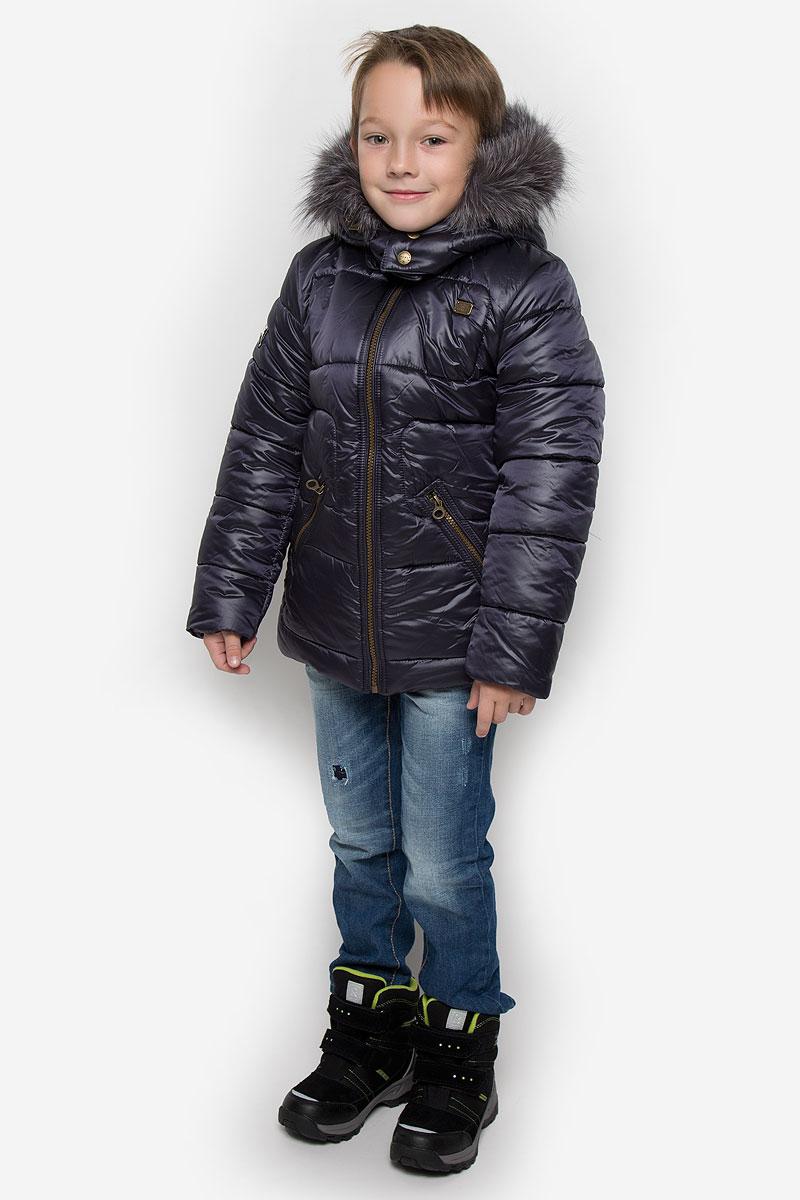 КурткаPUFWB-616-10120-102Куртка для мальчика Pulka c длинными рукавами, воротником-стойкой и съемным капюшоном на молнии выполнена из прочного полиэстера с добавлением нейлона. Подкладка - хлопок. Наполнитель - синтепон. Модель застегивается на застежку-молнию спереди. Низ куртки дополнен шнурком-кулиской со стопперами. Изделие имеет два втачных кармана на застежках-молниях спереди. Рукава оснащены внутренними эластичными манжетами. Куртка оформлена стеганым узором. Капюшон украшен съемным натуральным мехом на застежке-молнии. Куртка дополнена светоотражающим лейблом на спинке.