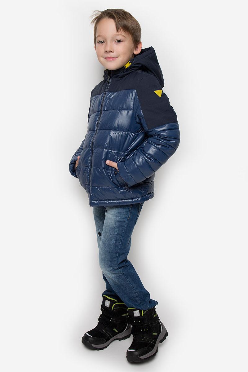 3532753.00.30_6758Куртка для мальчика Tom Tailor c длинными рукавами и несъемным капюшоном выполнена из прочного полиамида. Наполнитель - синтепон. Модель застегивается на застежку-молнию спереди. Изделие имеет два втачных кармана на кнопках спереди. Рукава оснащены внутренними флисовыми манжетами.
