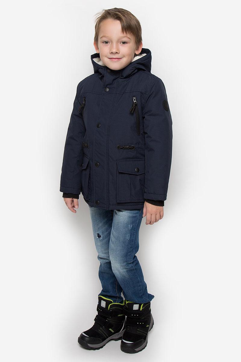 Куртка3533027.00.82_6800Куртка для мальчика Tom Tailor c длинными рукавами и несъемным капюшоном выполнена из прочного полиэстера. Подкладка капюшона выполнена из искусственного меха. Наполнитель - синтепон. Модель застегивается на застежку-молнию спереди и имеет ветрозащитный клапан на кнопках. Изделие имеет два втачных кармана на застежках-молниях и два накладных кармана с клапанами на кнопках спереди, а также внутренний накладной карман на липучке. Рукава оснащены внутренними флисовыми манжетами. Объем талии регулируется при помощи внутренней резинки с пуговицами.
