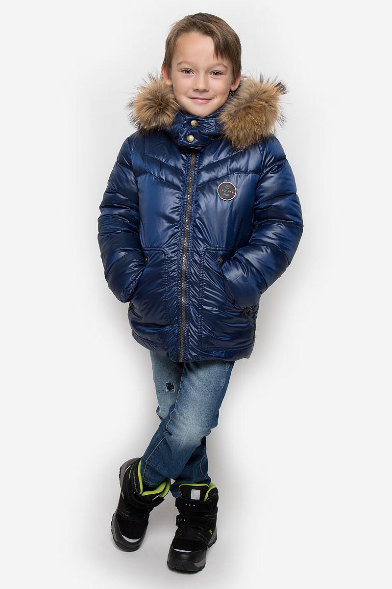 КурткаPUFWB-616-10122-321Куртка для мальчика Pulka c длинными рукавами, воротником-стойкой и съемным капюшоном на кнопках выполнена из прочного полиэстера с добавлением нейлона. Подкладка - эластичный хлопок. Наполнитель - синтепон. Модель застегивается на застежку-молнию спереди. Низ куртки дополнен шнурком-кулиской со стопперами. Изделие имеет два втачных кармана на застежках-молниях спереди. Рукава оснащены внутренними эластичными манжетами. Куртка оформлена стеганым узором. Капюшон украшен съемным мехом енота на застежке-молнии. Куртка дополнена светоотражающим лейблом на спинке.