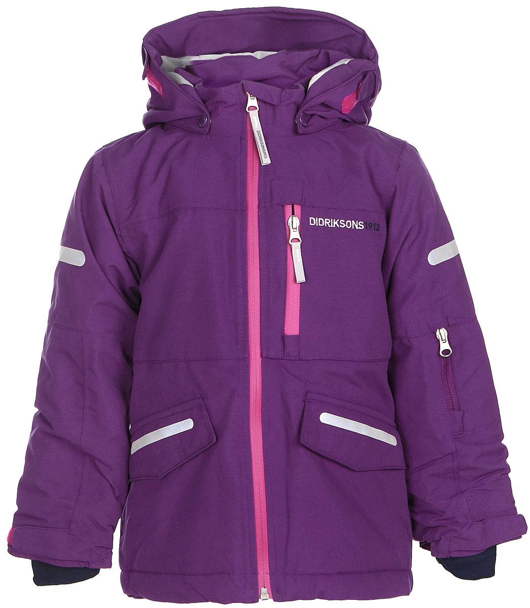 501020_472Модная детская куртка Didriksons 1913 Guolldo изготовлена из ветронепроницаемой дышащей ткани - 100% полиамида с утеплителем из 100% полиэстера. Технология Storm System обеспечивает 100% водонепроницаемость и защиту от любых погодных условий. Подкладка выполнена из полиэстера и полиамида. Модель с воротником-стойкой и съемным капюшоном застегивается на пластиковую молнию. Капюшон пристегивается к куртке с помощью кнопок. Изделие спереди дополнено двумя прорезными карманами, закрывающимися на клапаны с липучками, на груди и на рукаве - прорезными карманами на застежках-молниях. На рукавах предусмотрены эластичные манжеты с петелькой для большого пальца, чтобы манжеты не задирались. Объем капюшона и ширина рукавов регулируются с помощью хлястиков с липучками. Специальный крой изделия позволяет при необходимости увеличить длину рукавов на один размер. Нижняя часть изделия дополнена эластичной резинкой со стоппером. Куртка снабжена светоотражающими...