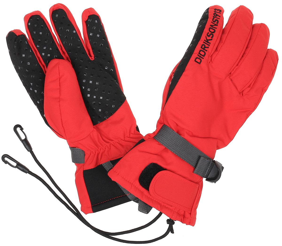 Перчатки детские501177_039Детские теплые перчатки Didriksons1913 Five, изготовленные из непромокаемой и непродуваемой мембранной ткани с утеплителем 60 г/м2, станут идеальным вариантом для холодной зимней погоды. На подкладке используется полиэстер, который хорошо удерживает тепло. Предусмотрены регулировка ширины манжета с помощью хлястика с липучкой и утяжка с фиксатором на запястье. На ладошках перчатки дополнены усиленными вставками. Также имеются веревочки с карабинами, с помощью которых их можно пристегнуть к комбинезону.