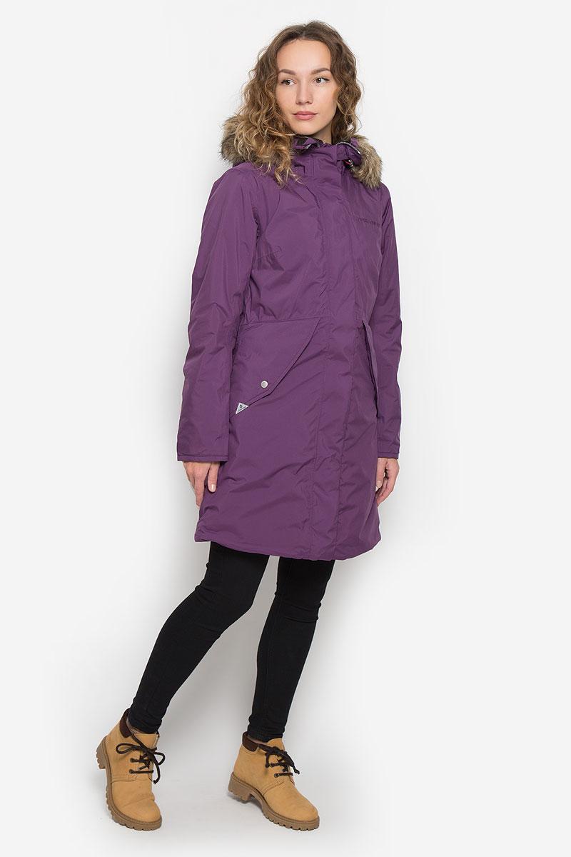 Пальто501230_039Женское пальто Didriksons1913 Vibrant с длинными рукавами и несъемным капюшоном выполнено из непромокаемой и непродуваемой мембранной ткани. Наполнитель - синтепон. Капюшон украшен съемным мехом на кнопках и дополнен втачным шнурком-кулиской со стопперами. Пальто застегивается на застежку-молнию спереди, оснащено ветрозащитным клапаном на кнопках. Изделие дополнено двумя втачными карманами с клапанами на кнопках спереди, втачным карманом на застежке-молнии с отверстием для наушников под ветрозащитным клапаном, а также внутренним накладным карманом и накладным карманом-сеткой. Рукава дополнены внутренними трикотажными манжетами. Объем низа и талии изделия регулируется при помощи шнурков-кулисок со стопперами.
