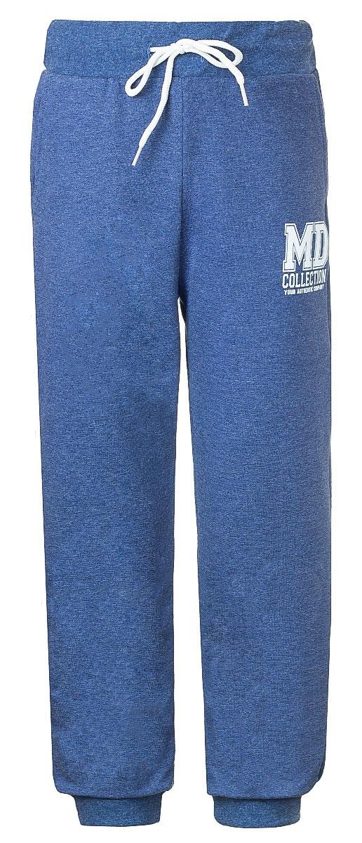 WJJ16008M-11Стильные спортивные брюки M&D для мальчика станут отличным дополнением к гардеробу вашего ребенка. Изготовленные из хлопка с небольшим дополнением лайкры, они мягкие и приятные на ощупь. Брюки на талии имеют широкую эластичную резинку со шнурком. По бокам расположены два втачных кармана. Нижняя часть штанин дополнена широкими трикотажными манжетами. Оформлена модель принтом с надписями.