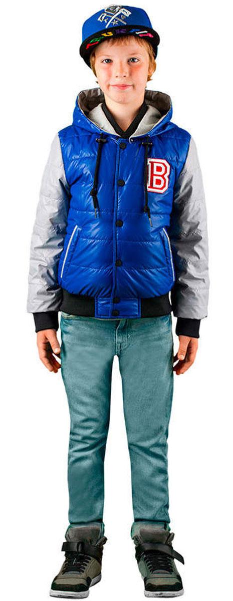 Куртка63584_BOB_вар.1Стильная куртка для мальчика Boom! идеально подойдет вашему ребенку в прохладную погоду. Модель изготовлена из водонепроницаемой и ветрозащитной ткани, на подкладке из полиэстера с добавлением вискозы. В качестве утеплителя используется 100% полиэстер, благодаря чему она необычайно мягкая и приятная на ощупь, не сковывает движения и позволяет коже дышать, не раздражает даже самую нежную и чувствительную кожу ребенка, обеспечивая ему наибольший комфорт. Куртка с капюшоном застегивается на пластиковую застежку-молнию и дополнительно сверху на кнопки. Капюшон пристегивается с помощью пуговиц и по краю дополнен шнурочком со стопперами. Вырез горловины дополнен трикотажной эластичной резинкой. Рукава имеют широкие эластичные манжеты. Спереди предусмотрены два прорезных кармашка. Понизу проходит широкая трикотажная резинка. Оформлена куртка крупной нашивкой в виде логотипа бренда. Отделка рукавов придает эффект 2 в 1. На изделии предусмотрены светоотражающие элементы для...