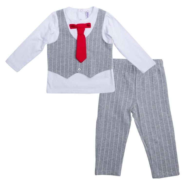 467003Стильный комплект для мальчика, состоящий из лонгслива и брюк, выглядит как настоящий брючный костюм, но по удобству и функциональности значительно его превосходит. Лонгслив с круглым вырезом горловины сзади застегивается на кнопки, что облегчает переодевание ребенка. К изделию притачен хлопковый жилет на пуговицах, который можно расстегнуть, и пристегнут яркий галстук. Галстук отстегивается. Воротник лонгслива дополнен эластичной бейкой. Брюки прямого кроя в тон жилету имеют пояс на мягкой трикотажной резинке.