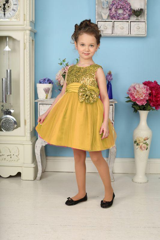 Платье185923Яркое платье для девочки Sweet Berry станет отличным дополнением к гардеробу вашей модницы. Платье изготовлено из полиэстера на подкладке из натурального хлопка, оно мягкое и приятное на ощупь, не сковывает движения и позволяет коже дышать, не раздражает даже самую нежную и чувствительную кожу ребенка, обеспечивая наибольший комфорт. Платье с круглым вырезом горловины имеет слегка завышенную линию талии. Модель на спинке застегивается на молнию, что помогает с легкостью переодеть ребенка. Верхняя часть объемной многослойной юбки выполнена из мягкой микросетки. На подъюбнике предусмотрена оборка из сетки, придающая объем. Верх платья расшит пайетками по всей поверхности. На поясе изделие дополнено съемным бантом, который также украшен пайетками. Такое красивое и яркое платье идеально подойдет для праздничных мероприятий. В нем ваша маленькая принцесса будет чувствовать себя стильно и модно, и всегда будет в центре внимания!