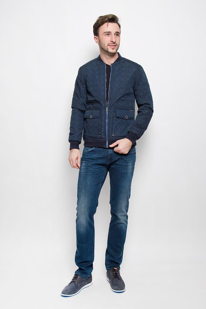 КурткаMX3023559_MN_JCK_008_418Мужская стеганая куртка выполнена из полиэстера с синтепоновым утеплителем. Модель с трикотажным воротником-стойкой застегивается на молнию. Куртка дополнена двумя накладными карманами с клапанами на пуговицах и одним врезным карманом с внутренней стороны. Манжеты рукавов и низ изделия дополнены трикотажной резинкой.