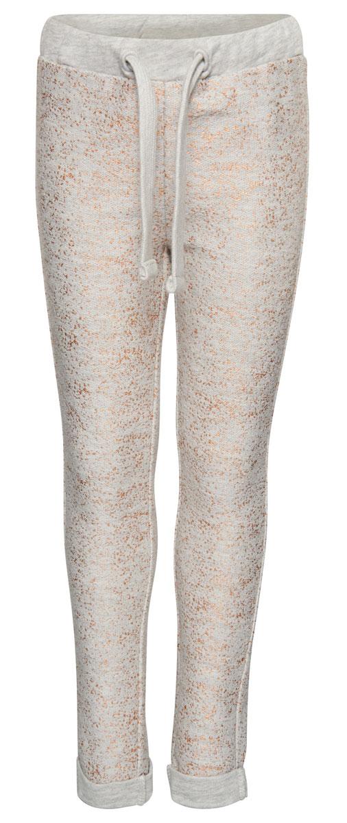 6829046.00.81_8353Спортивные брюки выполнены из высококачественного материала и оформлены блестящим принтом. Модель дополнена широким эластичным поясом с кулиской.