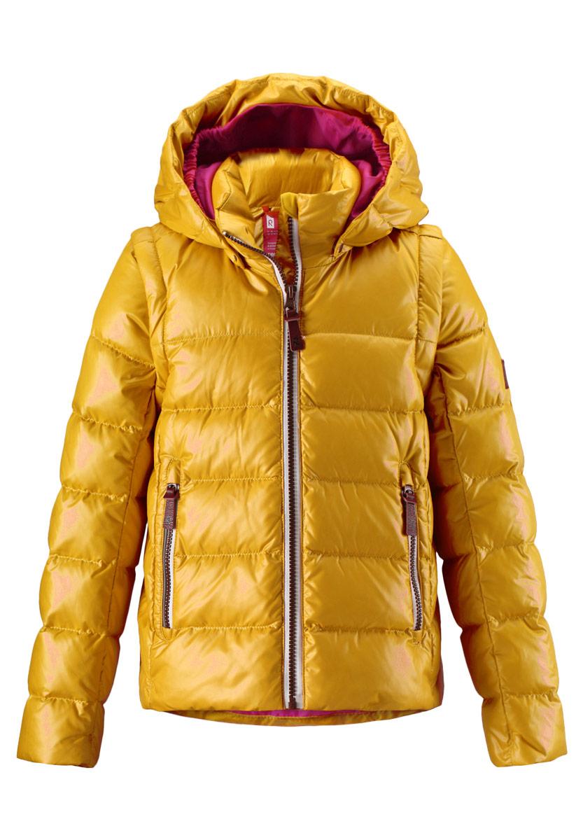531224_2320Легкий детский пуховик Reima Sneak со средней степенью утепления - замечательный выбор для поздней осени и ранней зимы. Куртка изготовлена из ветронепроницаемого, водо- и грязеотталкивающего материала с утеплителем из пуха и пера. Благодаря стеганой структуре слой утеплителя равномерно распределяется по всему изделию, обеспечивая тепло и комфорт. Дышащий материал хорошо пропускает воздух. Изделие легко чистится и не требует частых стирок. Куртка с воротником-стойкой и съемным капюшоном застегивается на пластиковую молнию с защитой подбородка и дополнительно имеет внутреннюю ветрозащитную планку. Капюшон пристегивается к куртке при помощи кнопок. Контрастная подкладка капюшона по краям присборена на резинки. Спереди расположены два удобных прорезных кармана на молниях. Куртка дополнена светоотражающими элементами для безопасности ребенка в темное время суток. Модель украшена фирменными нашивками. Дополнительное преимущество куртки - отстегивающиеся...