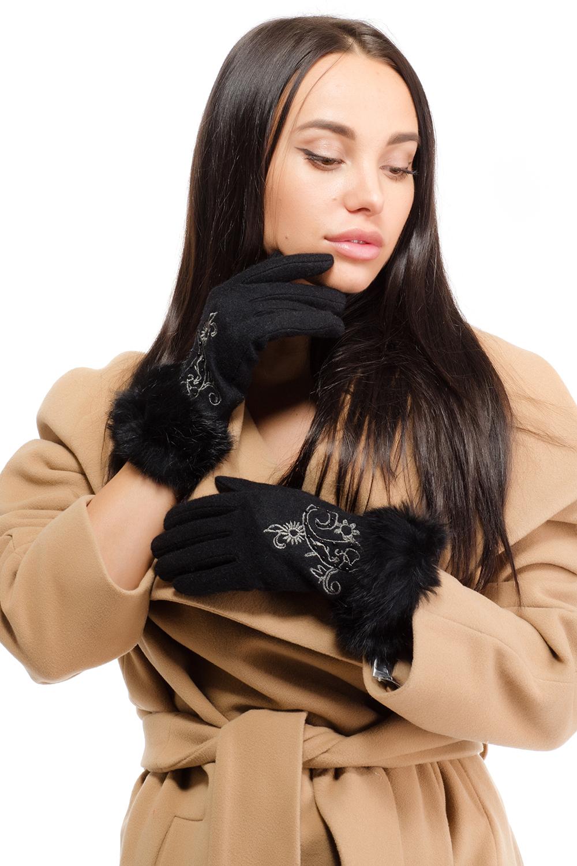 Перчатки95023-12BСтильные женские перчатки Moltini изготовленные из высококачественных материалов, станут идеальным вариантом для прохладной погоды. Они хорошо сохраняют тепло, мягкие, идеально сидят на руке и отлично тянутся. Перчатки оформлены вышивкой с узором, которая дополнена пришитыми бусинами. Манжет выполнен с оборкой из пушистого меха.