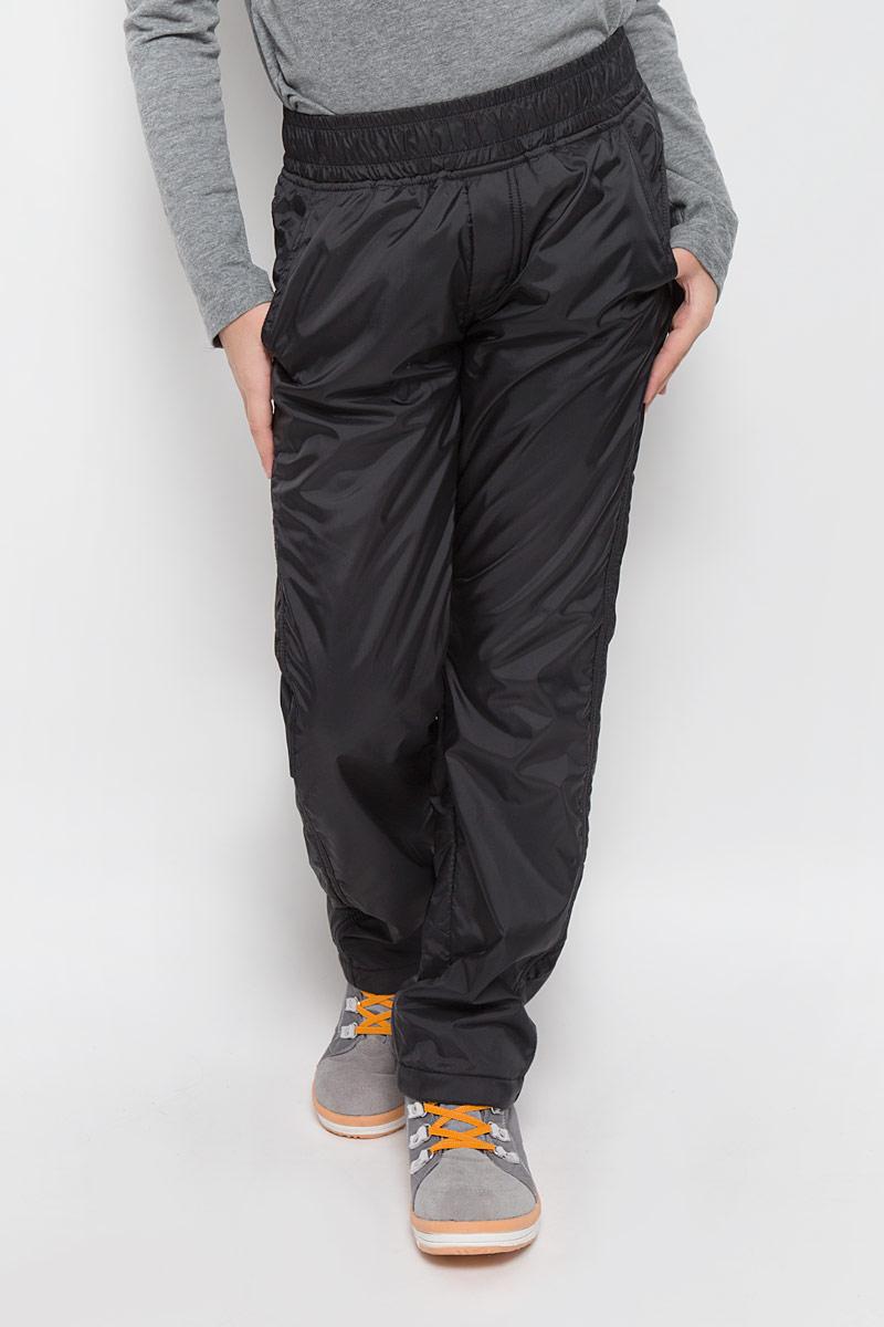 216BBUC64010800Плащевые брюки для девочки Button Blue выполнены из полиэстера. Модель дополнена мягкой флисовой подкладкой. Брюки прямого кроя имеют широкий эластичный пояс, который дополнительно регулируется с помощью затягивающегося шнурка. Спереди расположены два втачных кармана, сзади - два прорезных.