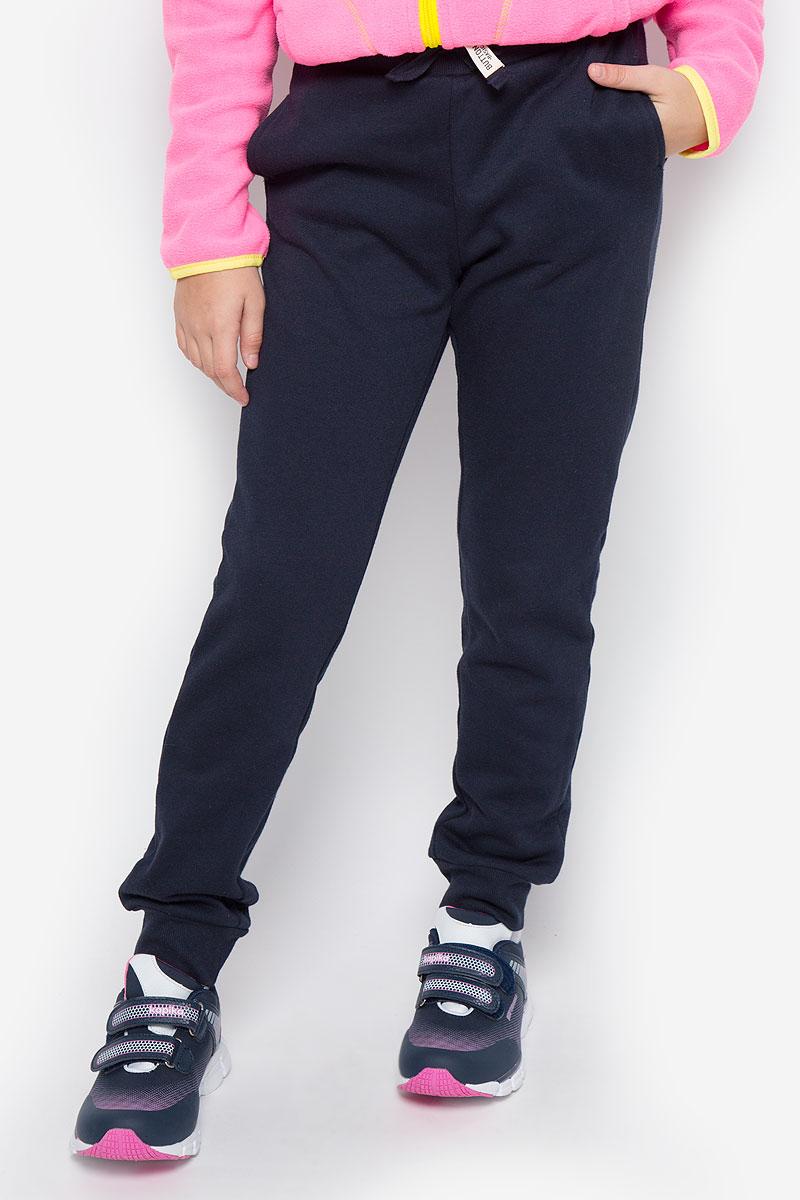 216BBUC56010800Стильные спортивные брюки Button Blue станут отличным дополнением к гардеробу вашего ребенка. Изготовленные из хлопка и полиэстера, они мягкие и приятные на ощупь, не сковывают движения ребенка и позволяют коже дышать, обеспечивая наибольший комфорт. Брюки на талии имеют широкую эластичную резинку со шнурком. По бокам расположены два втачных кармана. Нижняя часть штанин дополнена трикотажными резинками. В таких брюках ваш ребенок будет чувствовать себя уютно и комфортно.