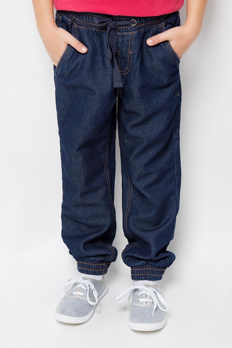 216BBUC5602D100Трикотажные детские брюки Button Blue - образец комфорта, уюта и свободы движений. И для отдыха, и для активного времяпрепровождения, эти брюки прямого кроя с резинкой внизу гарантируют удобство и отличный внешний вид. Особое переплетение и метод крашения трикотажного полотна полностью имитирует джинсовую ткань, что делает брюки еще более стильными и универсальными в повседневной носке. Модель оформлена двумя втачными карманами спереди и двумя накладными карманами сзади. В поясе изделие на резинке и завязывается на шнурочки в форме бантик. Такие брюки послужат отличным дополнением к детскому гардеробу!