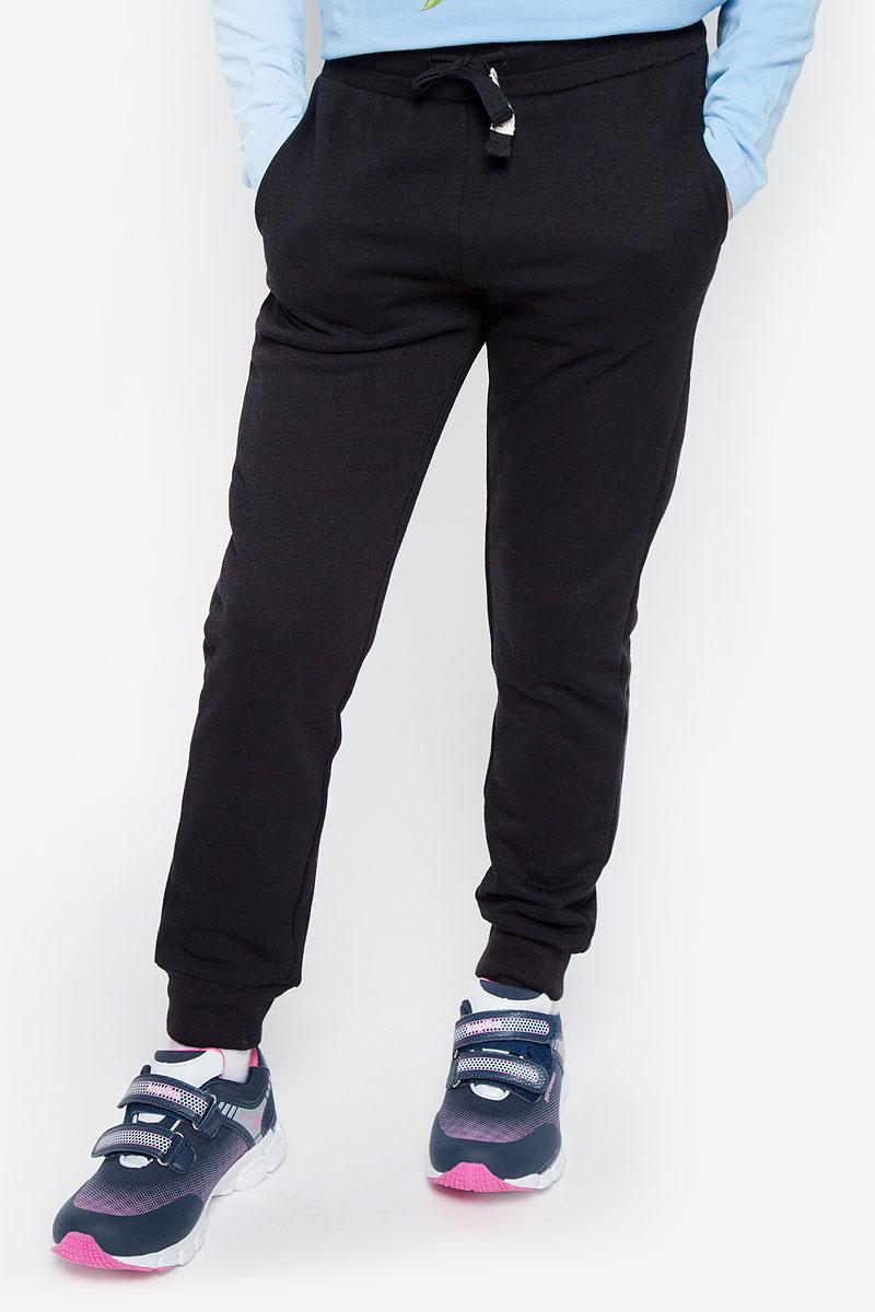 216BBUC56010800Стильные спортивные брюки Button Blue станут отличным дополнением к гардеробу вашей девочки. Изготовленные из хлопка и полиэстера, они мягкие и приятные на ощупь, не сковывают движения ребенка и позволяют коже дышать, обеспечивая наибольший комфорт. Брюки на талии имеют широкую эластичную резинку со шнурком. По бокам расположены два втачных кармана. Нижняя часть штанин дополнена трикотажными резинками. В таких брюках ваша девочка будет чувствовать себя уютно и комфортно.