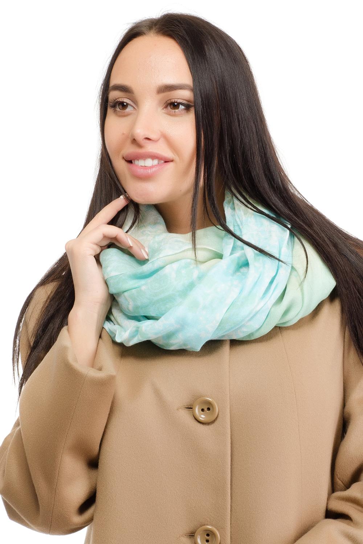 12H-1606Женский палантин Moltini изготовлен из модала с добавлением шерсти. Он оформлен оригинальным принтом в виде цветных пятен и дополнен тонкой бахромой по краю.