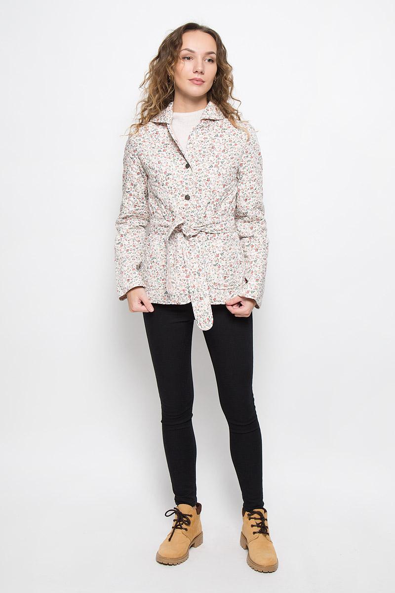 020517-0022Стильная женская куртка Holty Зипун, изготовленная из натурального хлопка, оформлена цветочным принтом. В качестве наполнителя используется полиэстер и хлопок. Куртка с отложным воротником застегивается на пуговицы. Спереди имеются два накладных кармана. Модель дополнена текстильным ремешком.