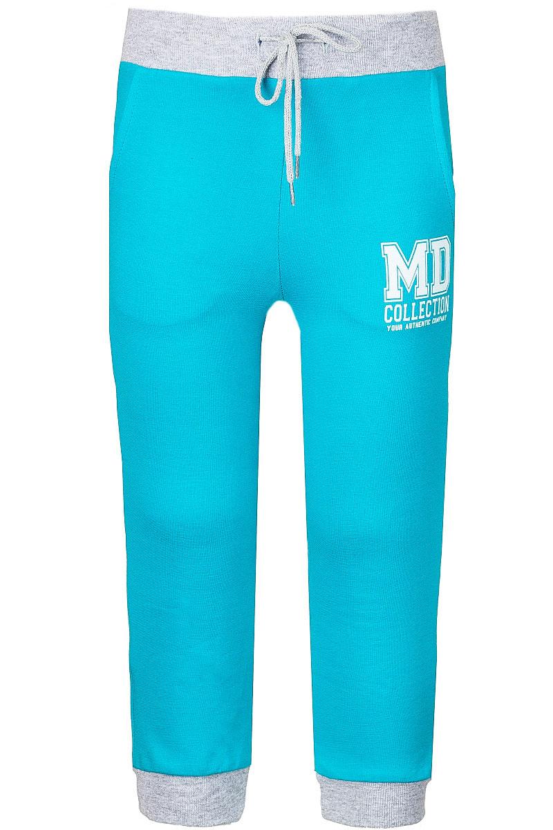 Брюки спортивныеWJJ26060M-28Спортивные брюки для девочки M&D изготовлены из эластичного хлопка. Изнаночная сторона изделия с небольшими петельками. Брюки на поясе имеют широкую резинку, которая дополнительно регулируется при помощи шнурка. Низ брючин дополнен трикотажными манжетами. Спереди предусмотрены два втачных кармана. Модель оформлена принтовой надписью.