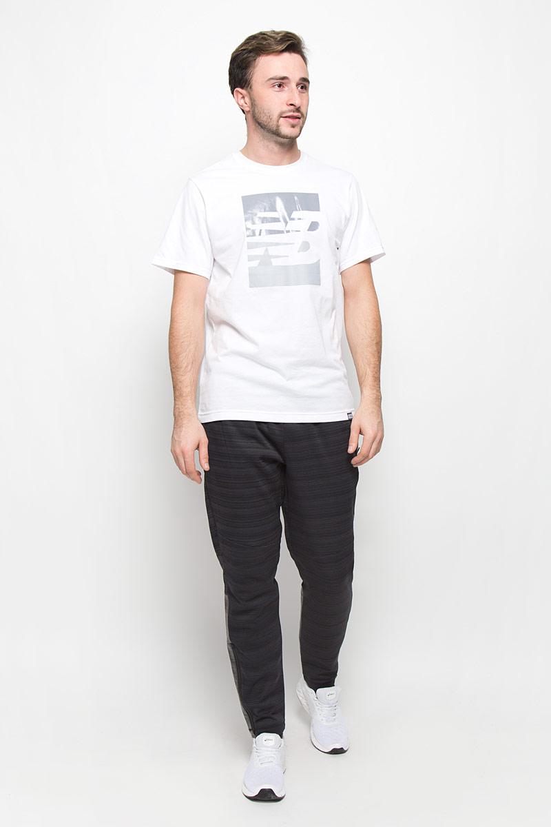 ФутболкаMT63514/AGМужская футболка New Balance с короткими рукавами и круглым вырезом горловины выполнена из хлопка с добавлением полиэстера. Футболка украшена крупным принтом с логотипом бренда.