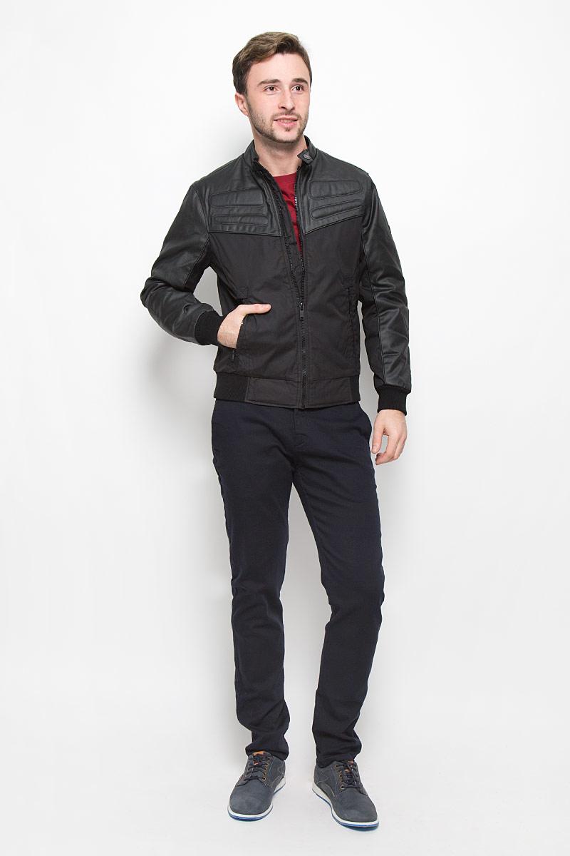 MX3023560_MN_JCK_008_001Мужская куртка выполнена из полиэстера и дополнена вставками из полиэстера с добавлением хлопка. В качестве подкладки и утеплителя используется полиэстер. Модель с воротником стойкой застегивается на застежку-молнию и хлястиком на кнопке. Низ модели и низ рукавов дополнен трикотажными манжетами. Спереди куртка дополнена двумя прорезными карманами на застежках-молниях, а с внутренней стороны накладным карманом на липучке.