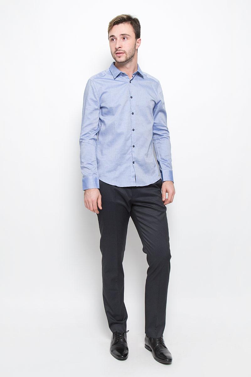 MX3024537_MN_SHG_008_454Стильная мужская рубашка Mexx, выполненная из натурального хлопка, позволяет коже дышать, тем самым обеспечивая наибольший комфорт при носке. Модель классического кроя с отложным воротником застегивается на пуговицы по всей длине. Длинные рукава рубашки дополнены манжетами на пуговицах.