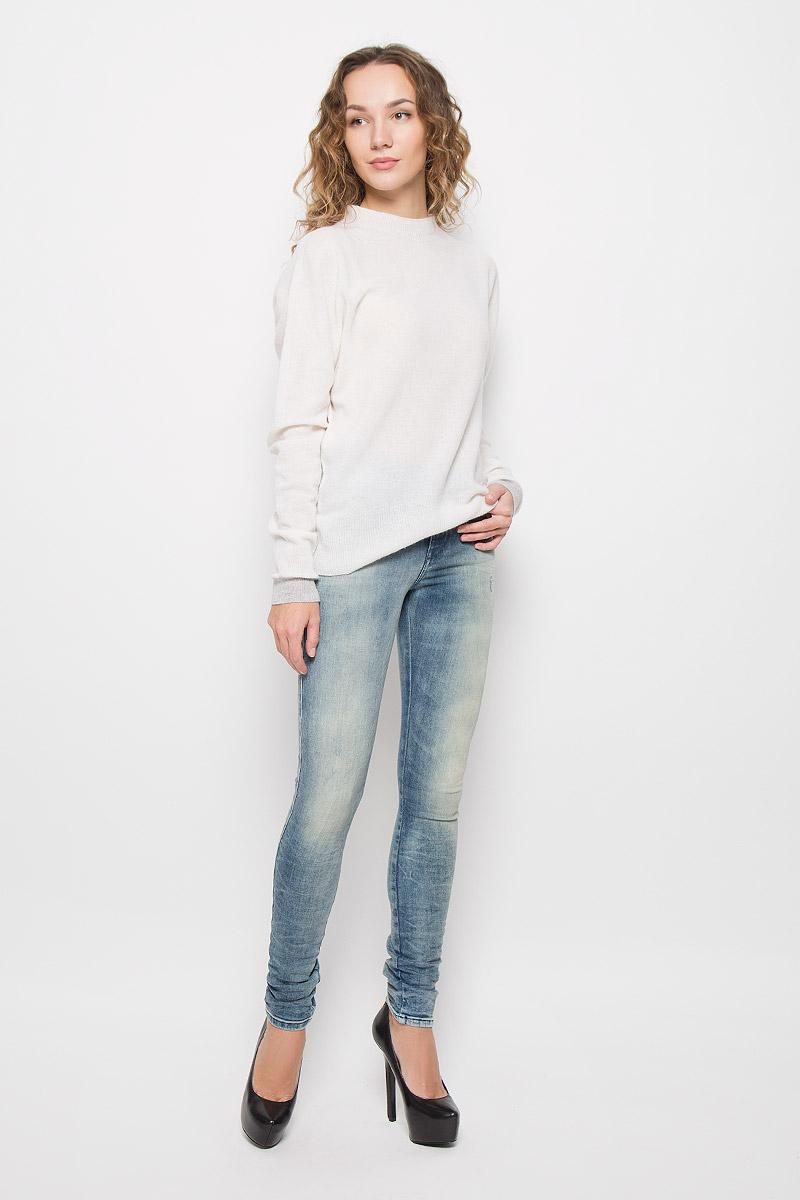 00S142-0856F/01Стильные женские джинсы Diesel Skinzee выполнены из хлопка с добавлением полиэстера и эластана. Материал мягкий и приятный на ощупь, не сковывает движения и позволяет коже дышать. Джинсы-скинни со стандартной посадкой застегиваются на пуговицу в поясе и ширинку на застежке-молнии. На поясе предусмотрены шлевки для ремня. Джинсы имеют классический пятикарманный крой: спереди модель оформлена двумя втачными карманами и одним маленьким накладным кармашком, а сзади - двумя накладными карманами. Модель оформлена эффектом притертости и перманентными складками.