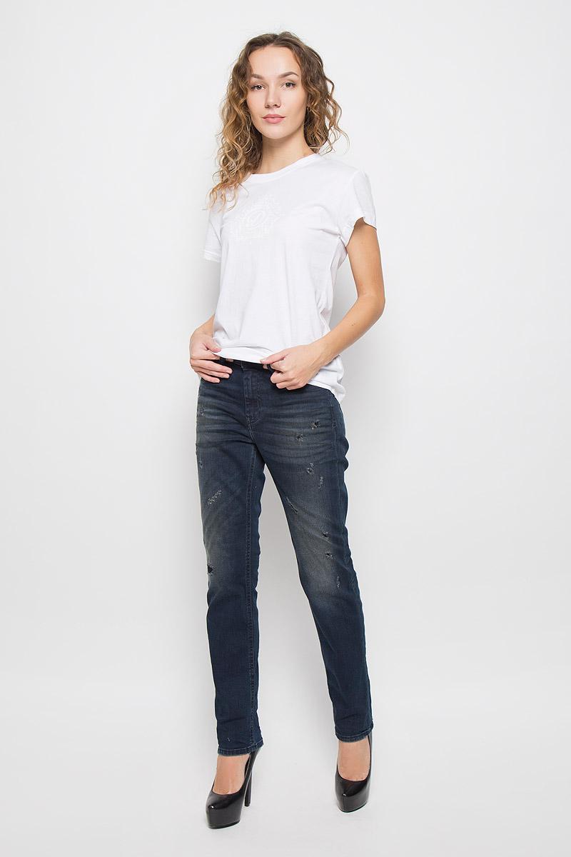 Джинсы00SQ4X-0677K/01Стильные женские джинсы Diesel Reen выполнены из эластичного хлопка. Материал мягкий и приятный на ощупь, не сковывает движения и позволяет коже дышать. Джинсы прямого кроя со стандартной посадкой застегиваются на пуговицу в поясе и ширинку на застежке-молнии. На поясе предусмотрены шлевки для ремня. Джинсы имеют классический пятикарманный крой: спереди модель оформлена двумя втачными карманами и одним маленьким накладным кармашком, а сзади - двумя накладными карманами. Модель оформлена эффектом потертости и перманентными складками.