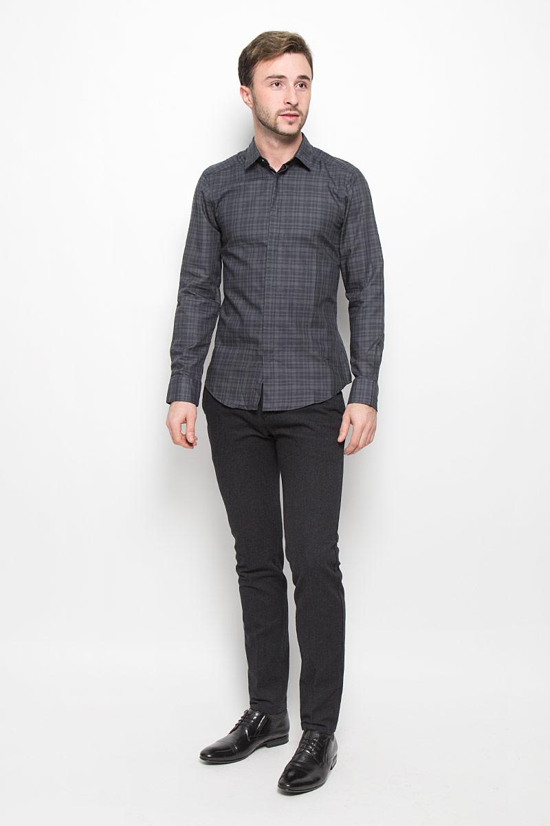 MX3023647Мужская рубашка Mexx выполнена из натурального хлопка. Рубашка slim fit с длинными рукавами и отложным воротником застегивается на пуговицы спереди. Манжеты рукавов также застегиваются на пуговицы. Рубашка оформлена принтом в клетку.