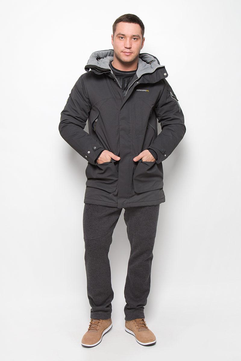 501000_039Модная мужская куртка Didriksons1913 Trew изготовлена из ветронепроницаемой дышащей ткани - высококачественного полиэстера с утеплителем из 100% полиэстера. Технология Storm System обеспечивает 100% водонепроницаемость и защиту от любых погодных условий. Подкладка выполнена из полиэстера и полиамида. Модель с несъемным капюшоном застегивается на пластиковую молнию и дополнительно на двойной ветрозащитный клапан с кнопками. Капюшон регулируется с помощью эластичных шнурков со стопперами и хлястика на липучке. Спереди изделие дополнено двумя накладными карманами, закрывающимися на клапаны с кнопками, на груди - тремя прорезными карманами с застежками-молниями, с внутренней стороны - двумя накладными сетчатыми карманами, на рукаве - дополнительным прорезным карманом на застежке-молнии. Манжеты рукавов дополнены эластичными напульсниками с отверстиями для больших пальцев. Ширина рукавов регулируются с помощью хлястиков с липучками. Нижняя часть изделия с внутренней стороны...