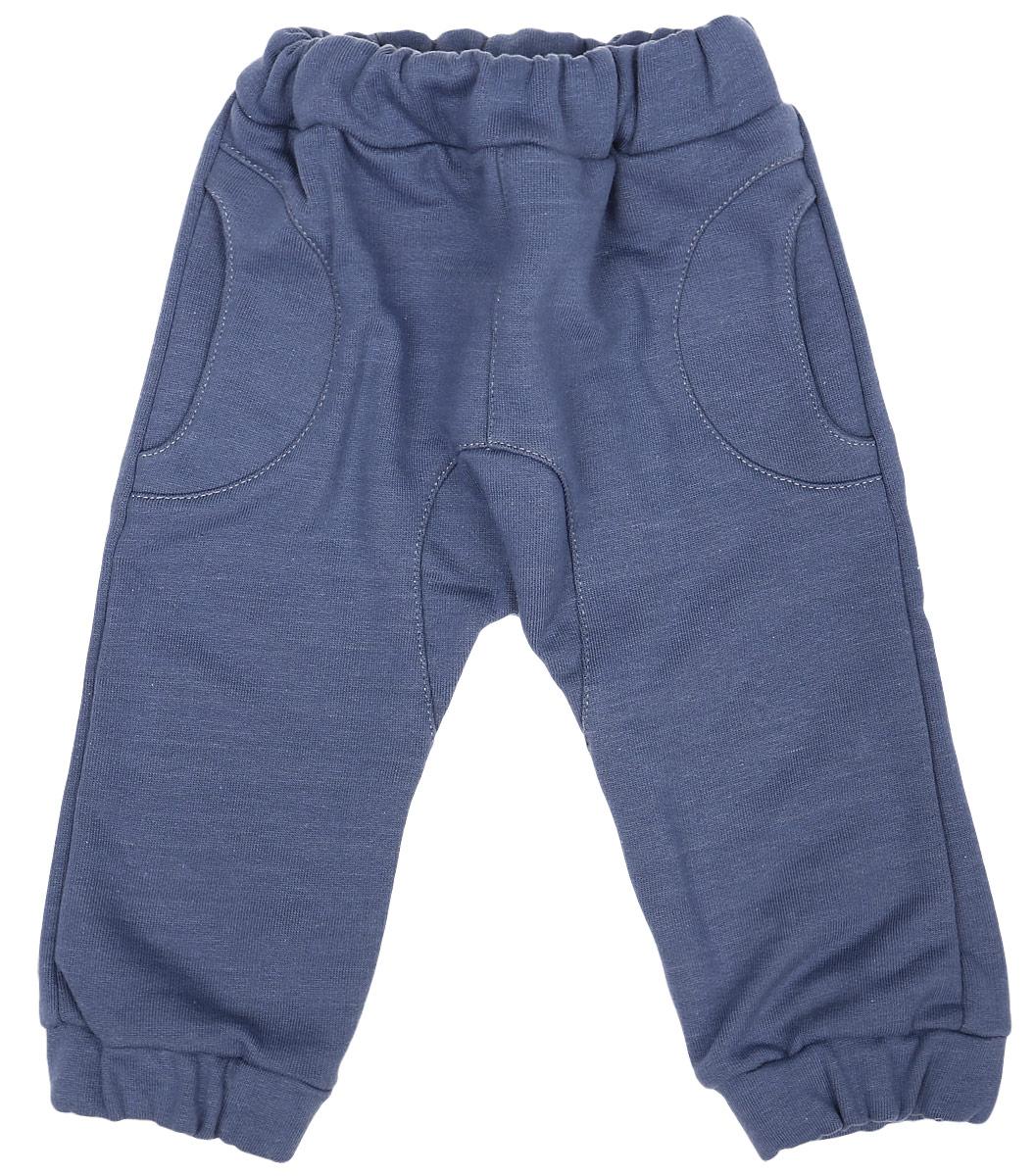 Штанишки22-Штанишки для мальчика Клякса изготовлены из натурального хлопка. Изнаночная сторона модели с небольшими петельками. Штанишки имеют эластичный пояс. Низ брючин собран на резинки. Спереди расположены два втачных кармашка.