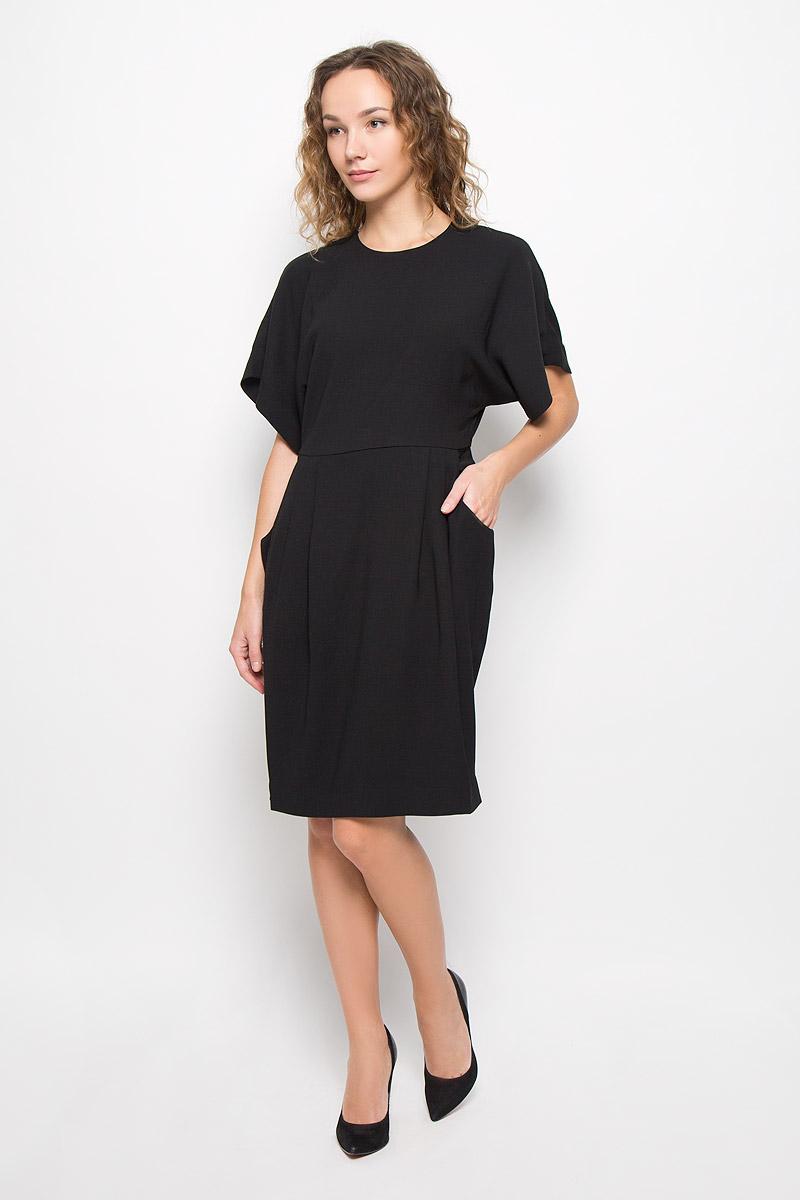 MX3024426_WM_DRS_008_001Стильное платье выполнено из высококачественного легкого материала. Модель А-силуэта с круглым вырезом горловины и рукавами-кимоно сзади застегивается на молнию, оригинальную кнопку и крючок. На спине оформлено большим декоративным вырезом, по бокам платье дополнено двумя глубокими врезными карманами.
