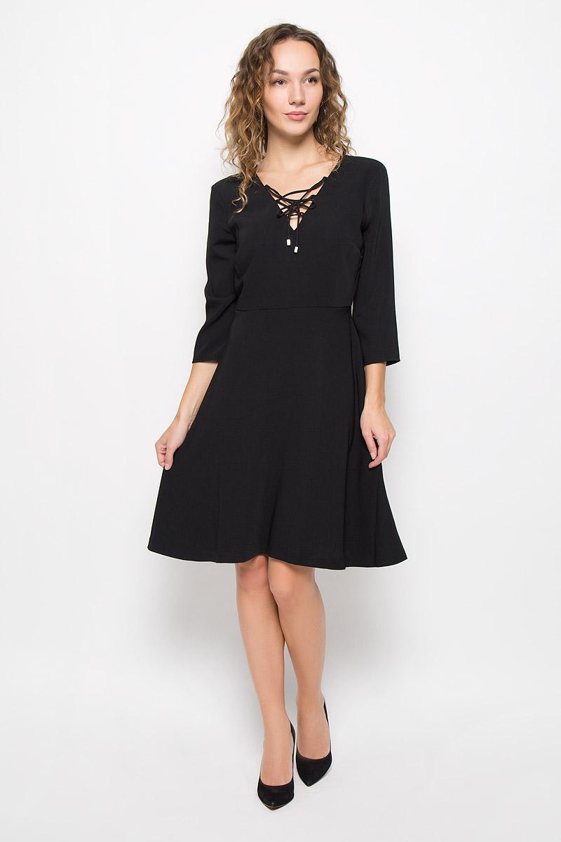 ПлатьеMX3025252_WM_DRS_008_001Стильное платье выполнено из высококачественного полиэстера. Модель А-силуэта с V-образным вырезом горловины и рукавами длины 3/4 с на спинке застегивается на молнию. Горловина оформлена переплетенным шнурком.
