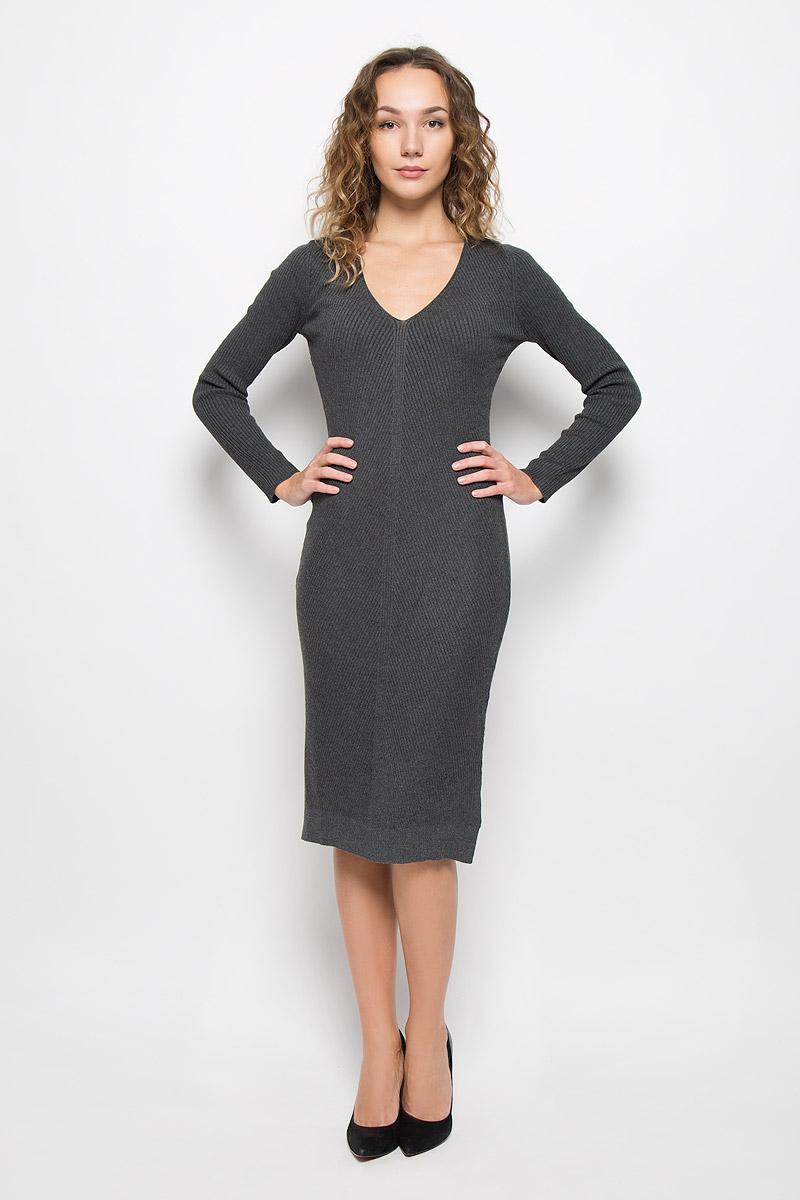 ПлатьеMX3025195_WM_DRS_008_127Стильное платье Mexx, изготовленное из высококачественной комбинированной пряжи, мягкое и приятное на ощупь, не сковывает движения, обеспечивая наибольший комфорт. Модель с длинными рукавами и V-образным вырезом горловины связано резинкой. По бокам платье дополнено небольшими разрезами.