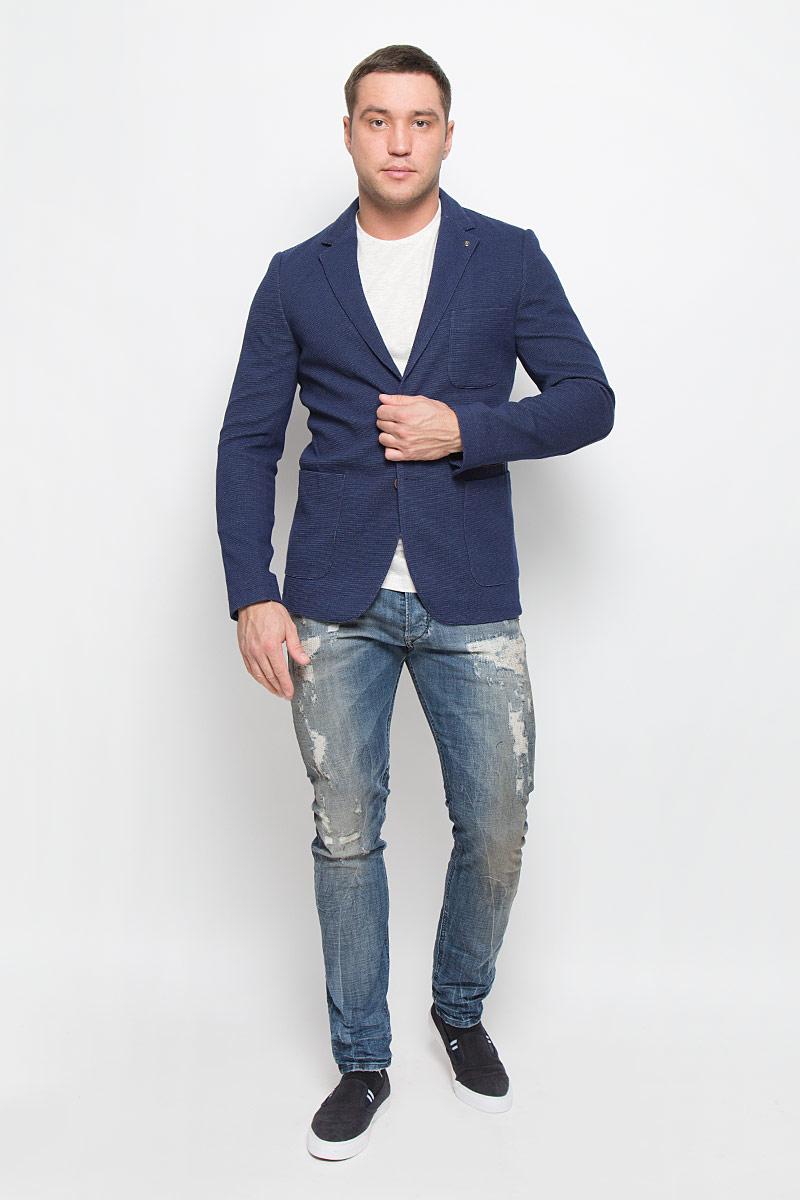 ПиджакMX3023598_MN_BLZ_007_403Мужской пиджак Mexx изготовлен из высококачественного комбинированного материала. Подкладка пиджака выполнена из 100% полиэстера. Пиджак с воротником с лацканами и длинными рукавами застегивается на две пуговицы. Манжеты рукавов оформлены декоративными пуговицами. Модель имеет два накладных кармана, один нагрудный карман и один врезной карман с внутренней стороны на кнопке. Сзади пиджак дополнен шлицей.