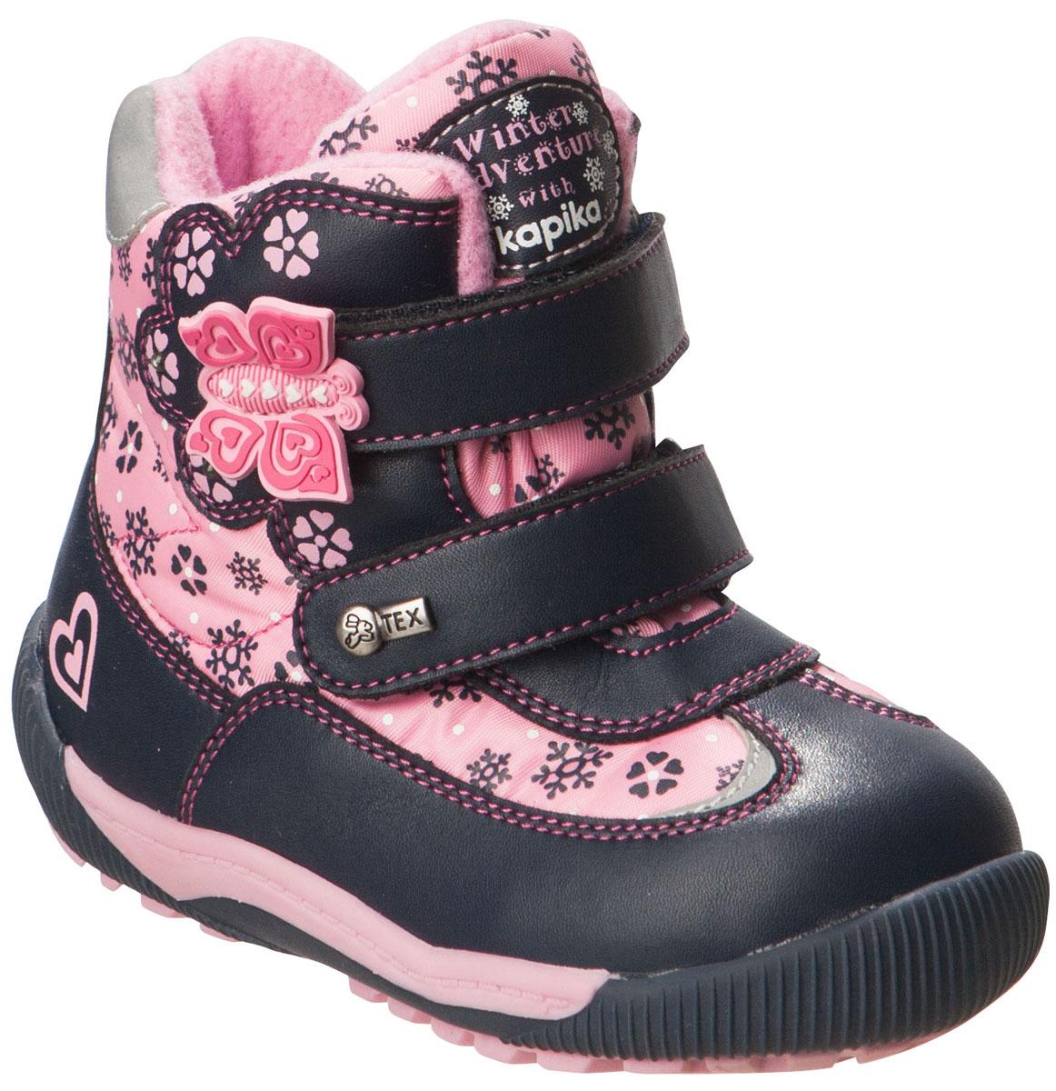 Ботинки41154-2Удобные высокие ботинки от Kapika придутся по душе вашей дочурке! Модель изготовлена из искусственной кожи и плотного текстиля с применением мембраны. Мембранная обувь называется дышащей, защищает от влаги, своевременно отводит естественные испарения тела и сохраняет комфортный микроклимат при ношении. Изделие оформлено принтом с изображением снежинок и цветов, прострочкой, на язычке - фирменной нашивкой, на ремешках - объёмной аппликацией из ПВХ виде бабочки и металлическим элементом логотипа бренда. Два ремешка на застежках-липучках надежно фиксируют изделие на ноге. Мягкая подкладка и стелька исполненные из текстиля, на 80% состоящего из натурального овечьего шерстяного меха, обеспечивают тепло и надежно защищают от холода. Рифление на подошве гарантирует идеальное сцепление с любыми поверхностями. Стильные ботинки займут достойное место в гардеробе вашего ребенка, они идеально подойдут для теплой зимы, а также поздней осени и ранней весны.