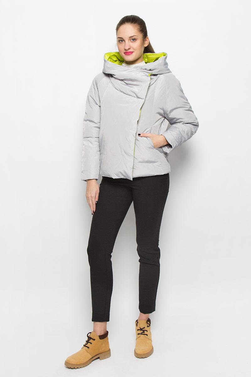 КурткаMX3024495_WM_JCK_009_099Стильная женская куртка Mexx изготовлена из полиэстера. В качестве утеплителя используется пух с добавлением пера. Куртка с несъемным капюшоном застегивается на металлическую молнию. Объемный капюшон оснащен застежкой-кнопкой. Спереди расположены два прорезных кармана.